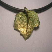 pendente foglia in oro giallo