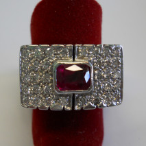 anello oro bianco con pavé di diamanti e rubino
