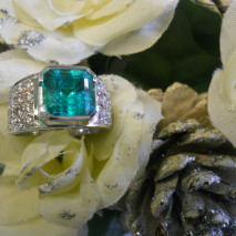 anello oro bianco con smeraldo e diamanti